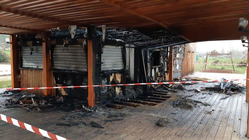 Plus de la moitié du restaurant situé au bord du lac était embrasée à l'arrivée des pompiers.