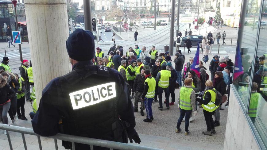 Rassemblement d'environ 70 gilets jaunes et syndicalistes devant le palais de justice du Mans, en marge du jugement de trois gilets jaunes interpellés lors du déblocage du dépôt pétrolier