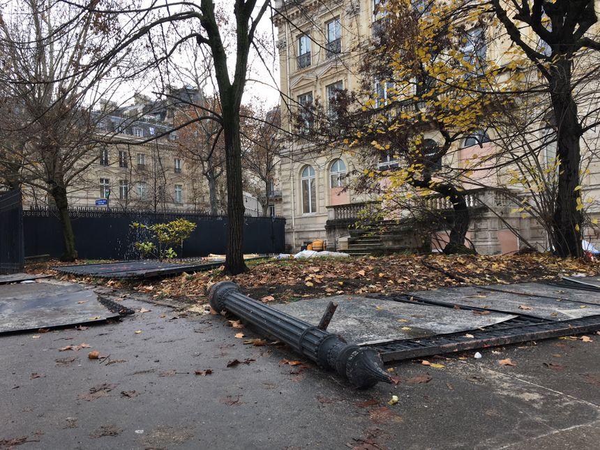 Les casseurs sont rentrés dans les jardins en faisant tomber les grilles métalliques.
