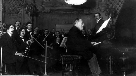 Camille Saint-Saëns au piano