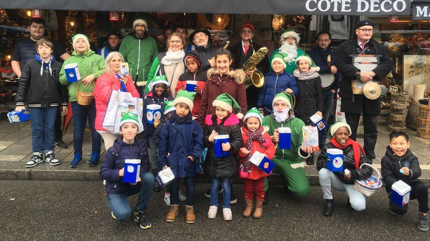 Pères Noël et lutins verts ont bravé la pluie et le froid pour la bonne cause
