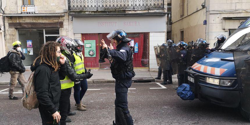 Premier face à face, sans violence, entre gilets jaunes et forces de l'ordre, rue de la Préfecture