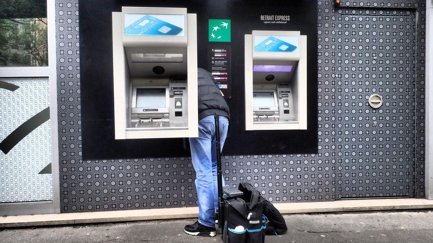 Des distributeurs automatiques bancaires en maintenance.