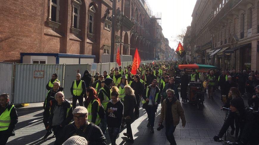 Des centaines de gilets jaunes manifestent à Toulouse ce samedi.