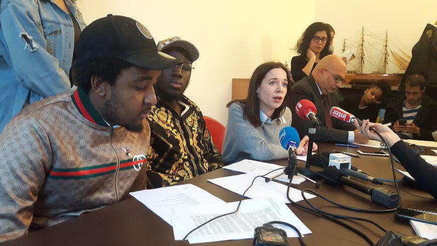 Zakaria, Mamadou, deux des trois anciens lycéens, et leur professeure, Elise Boscherel, ce lundi, à Paris