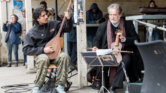 Avril 2016. Jordi Savall joue de la musique dans un camp de migrants à Calais