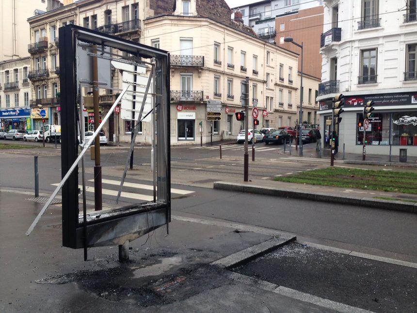 Panneau d'affichage dégradé lors des violences urbaines à Saint-Étienne le 1er décembre 2018
