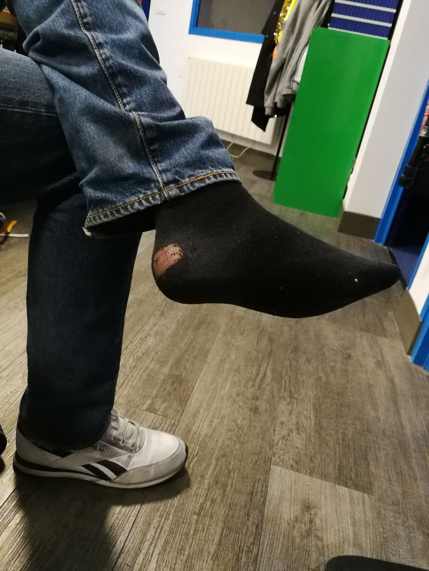 Cette chaussette n'est plus très en forme... Mais son propriétaire doit absolument éviter de la jeter à la poubelle car elle peut resservir!