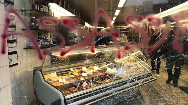 """La boucherie Veys de La Madeleine, au Nord de Lille, a été vandalisée dans la nuit de jeudi à vendredi. La porte d'entrée défoncée, la vitrine fissurée et ornée d'un tag """"Assassin"""" à la peinture rouge"""