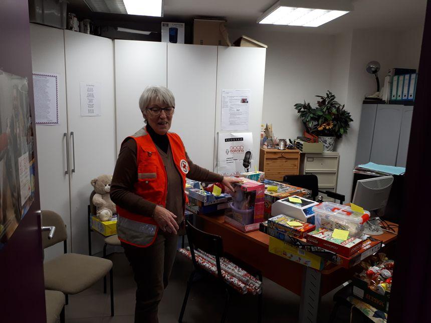 La responsable de la croix rouge en Lozère avec les cadeaux de noël des enfants des détenus