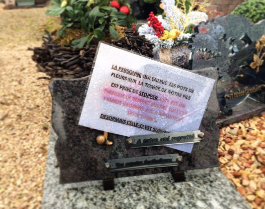 Une tombe voisine est victime de vol également, les parents qui ont perdu leur fils d'une cinquantaine d'années semblent à bout