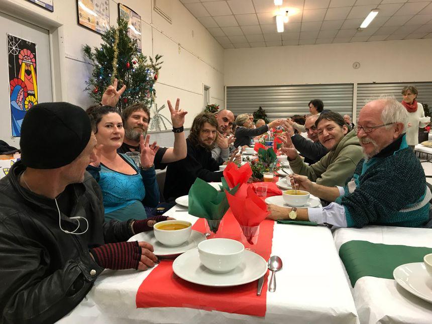 Aurore estime qu'elle et son ami pourraient s'offrir un repas de Noël, mais ils viennent ici pour partager ce moment avec des personnes de tous horizons.