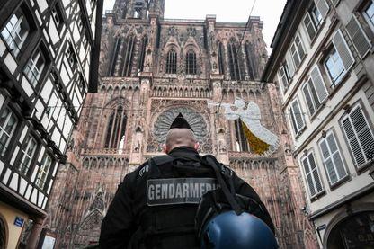 Un gendarme patrouille devant la cathédrale de Strasbourg au lendemain de l'attentat commis près du marché de Noël de la ville