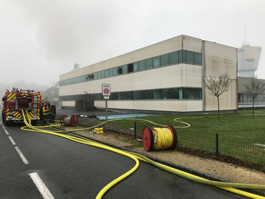 Difficile de discerner la fumée du brouillard ce matin. C'est pour ça que les pompiers ont été prévenu alors que l'incendie avait déjà ravagé la moitié du bâtiment.