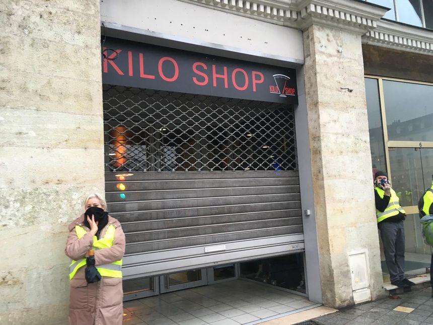 Comme samedi dernier, la plupart des magasins de la place Jean Jaurès ferment leurs rideaux