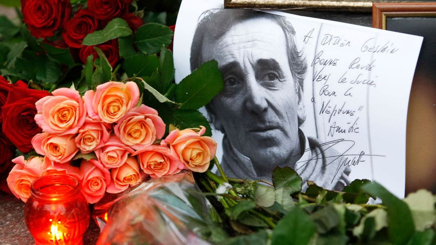 KIEV, UKRAINE. Des fleurs, des bougies et des portraits en hommage à Charles Aznavour devant l'ambassade de France.