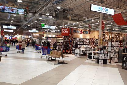 Rayonnages bas, vue traversante, larges allées, les hypermarchés, comme ici chez Carrefour, n'hésitent pas à sacrifier des m2 de vente au profit  d'un espace plus agréable à vivre.