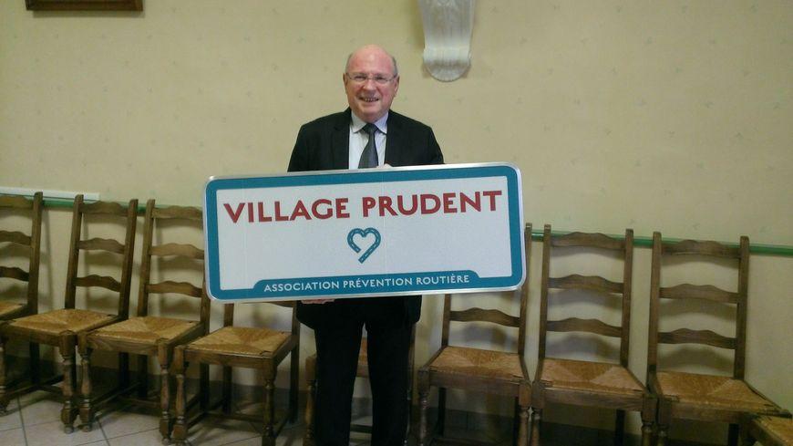 """Jean-Gérard Didierre, le maire de La Croisille-sur-Briance reçoit le label pour sa commune """"Village prudent"""""""