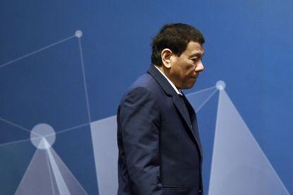 Le président philippin Rodrigo Duterte arrivant sur la scène du sommet de l'Asean, le 15 novembre 2018.