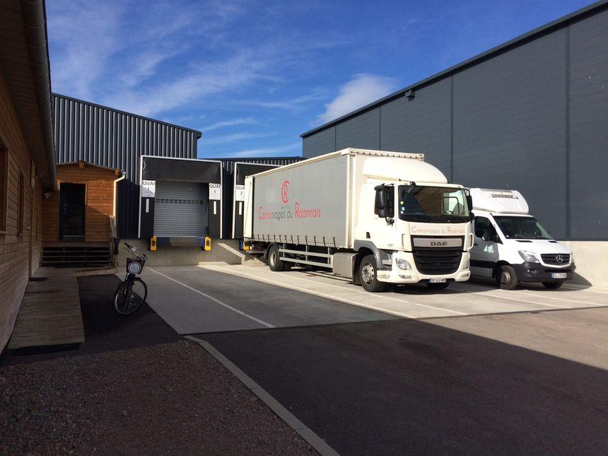 Les camions prêts à partir depuis les locaux de la Maison Mons