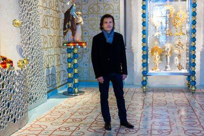 Jean-Michel Othoniel, artiste-plasticien, au milieu de son installation, dans la cathédrale de Saint-Pierre, le 30 septembre 2016, Angoulême, France.