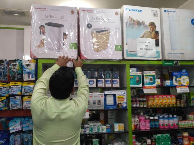 Une Pharmacie de New Delhi met en avant les purificateurs d'air, vendus entre 17 000 et 25 000 roupies (entre 210 et 310 euros)