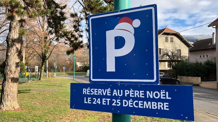 Pas de traîneau en double file. À Cluses, le père Noël a sa place de parking réservée.