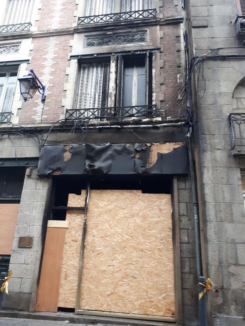 L'incendie a détruit tout le magasin de la bouquiniste, et endommagé le cabinet du podologue voisin