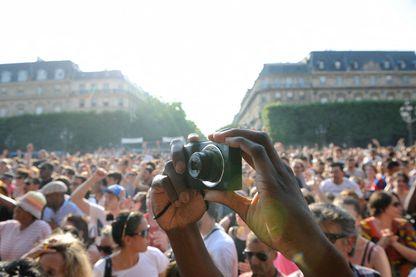 Spectateur avec un appareil photo lors d'un concert en 2013