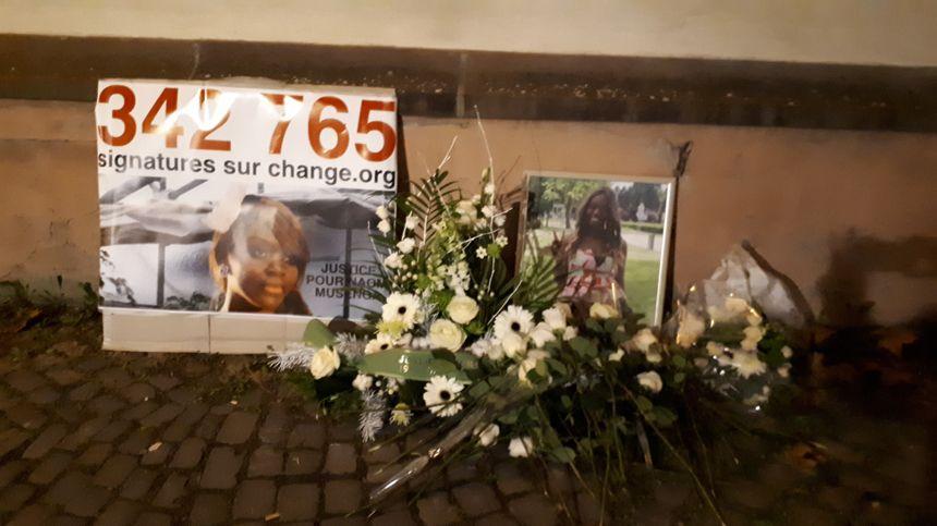 Des roses blanches en mémoire de Naomi ont été déposées devant l'hôpital de Strasbourg le 29 décembre 2018.