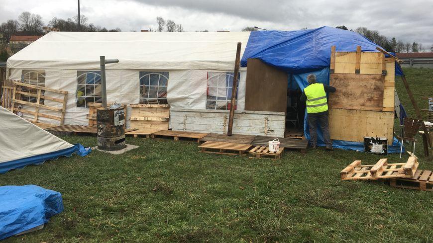 Les gilets jaunes de Rochefort-sur-Nenon ont installé leur camp de base, ce mardi