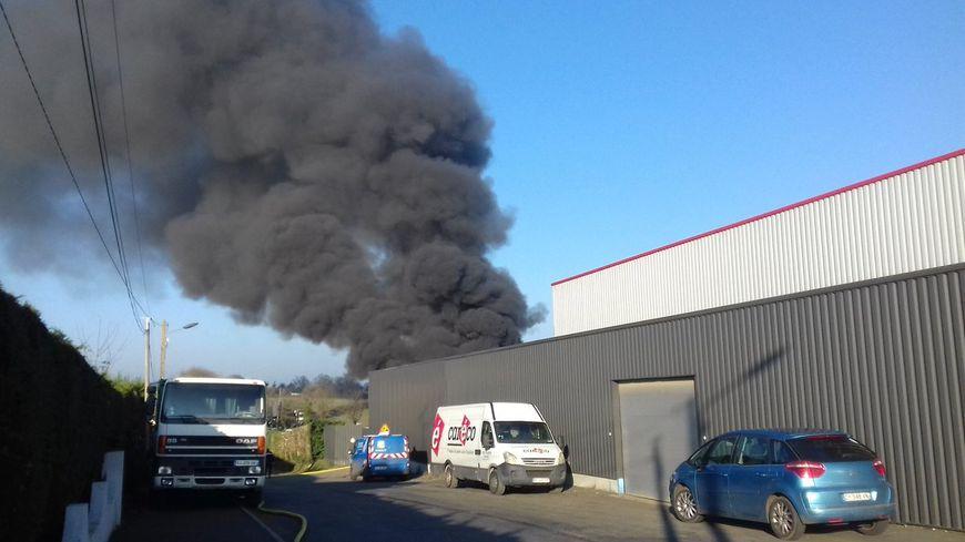 VIDÉO - Un incendie dans une casse automobile quartier du Bras à Mayenne