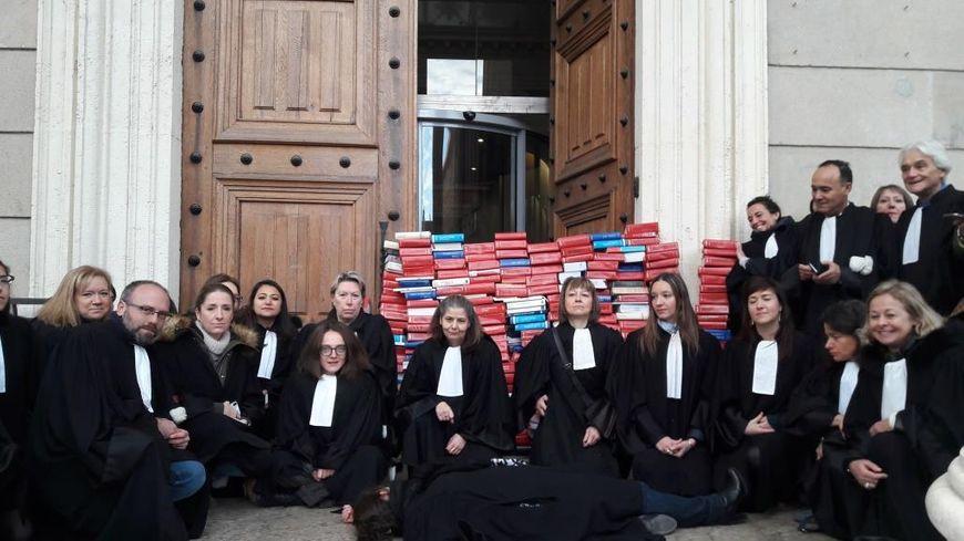Les 320 avocats du barreau de SAint-Étienne sont en grève jusqu'au 15 décembre.