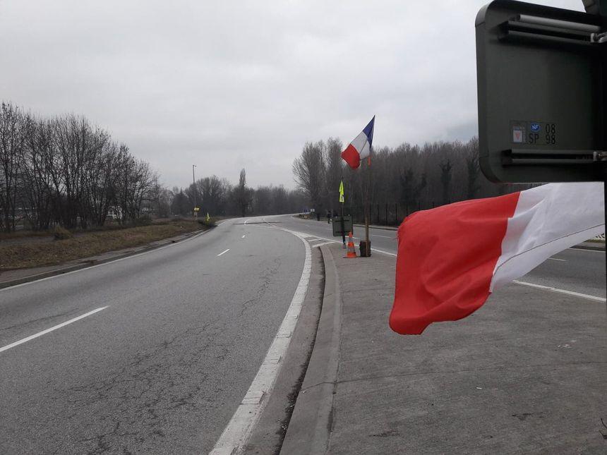 Les gendarmes ont bloqué les routes aux abord du rond-point