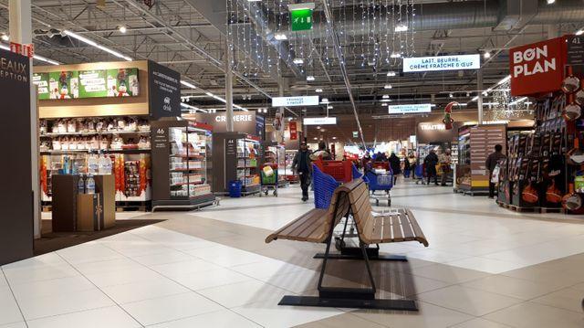 Plus spacieux, plus aérés, des allées élargies : dans cet hypermarché Carrefour des bancs sont même prévus pour se poser un peu.