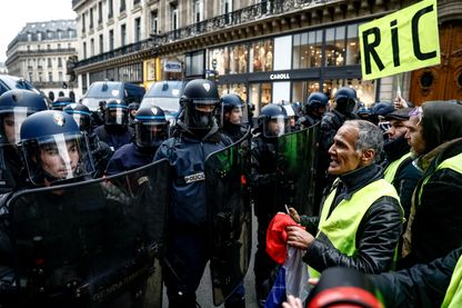 Des gilets jaunes manifestent samedi dernier à Paris en faveur du Référendum d'initiative citoyenne (RIC)