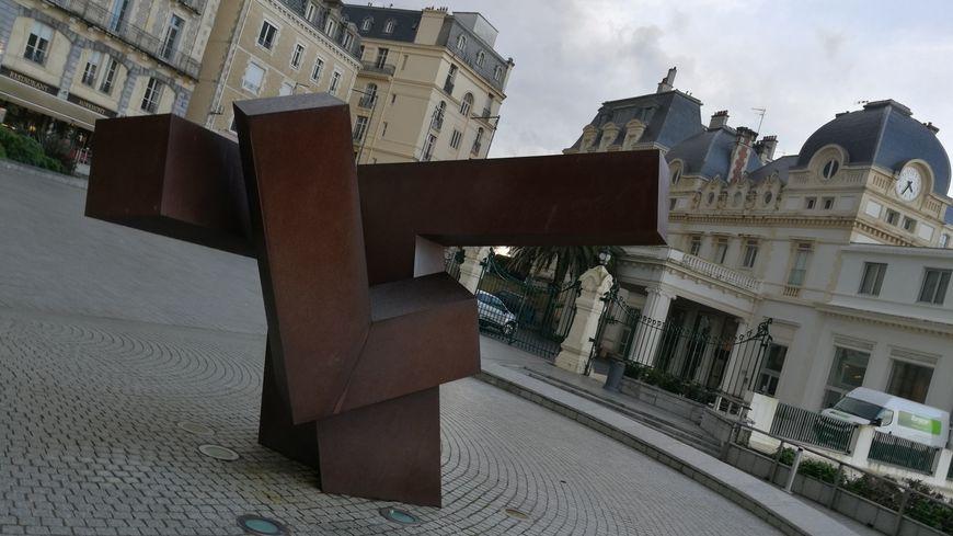 La sculpture de Oteiza sur le parvis du Bellevue