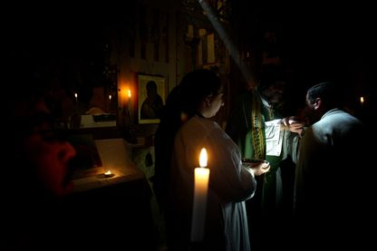 Le père Paolo Dall'Olio célébrant la messe au monastère Saint Moïse l'Abyssin en 2005