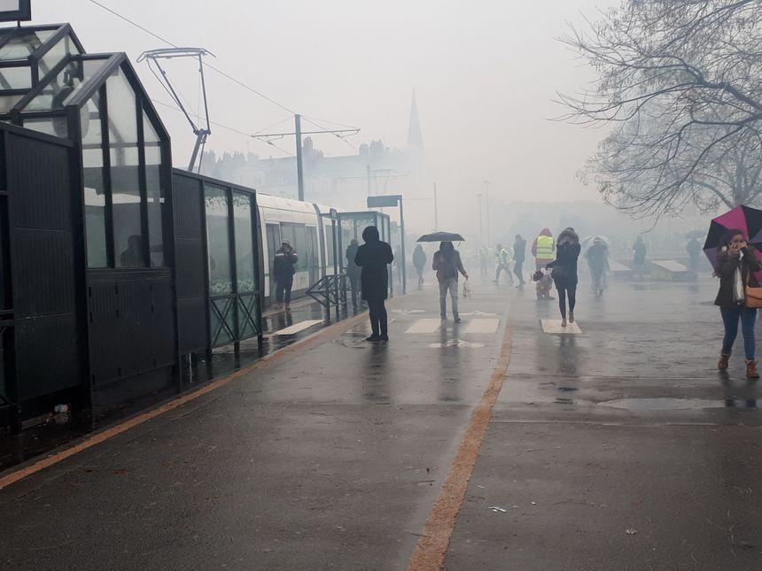 Les fumigènes envahissent les abords du CHU de Nantes et surprennent les piétons.