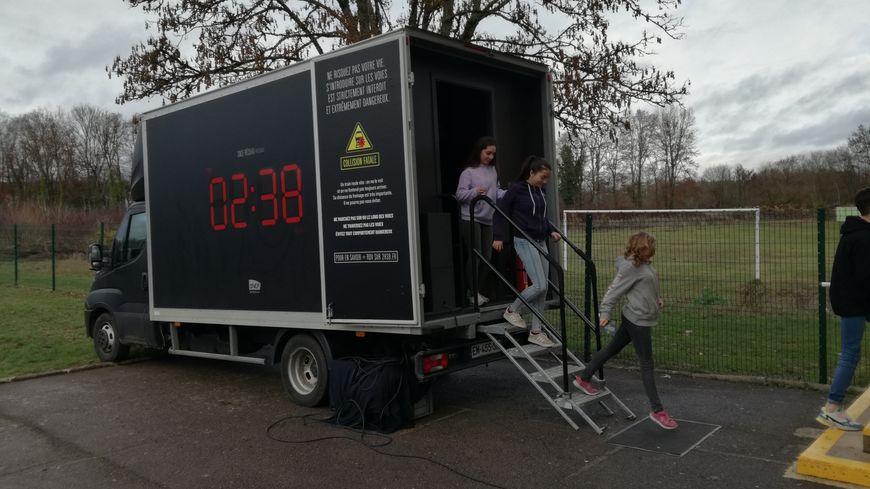 La petite salle de projection virtuelle s'est arrêtée dans la cour du collège de Morvillars