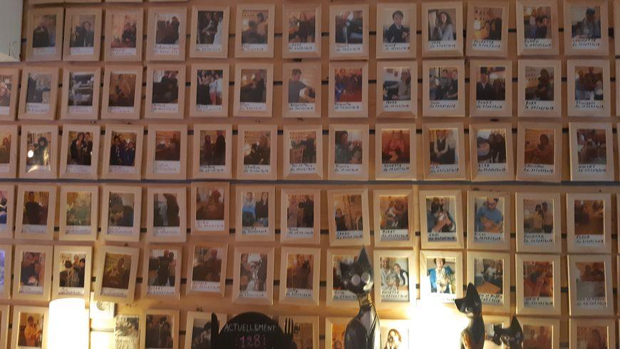 Le mur de photos des adoptants avec leurs nouveaux compagnons un peu avant d'atteindre le chiffre de 130