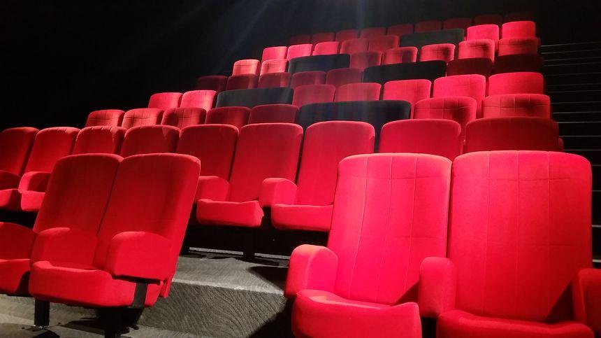 Des fauteuils duo, de couleur noire, ont été installés dans chaque salle pour les amoureux