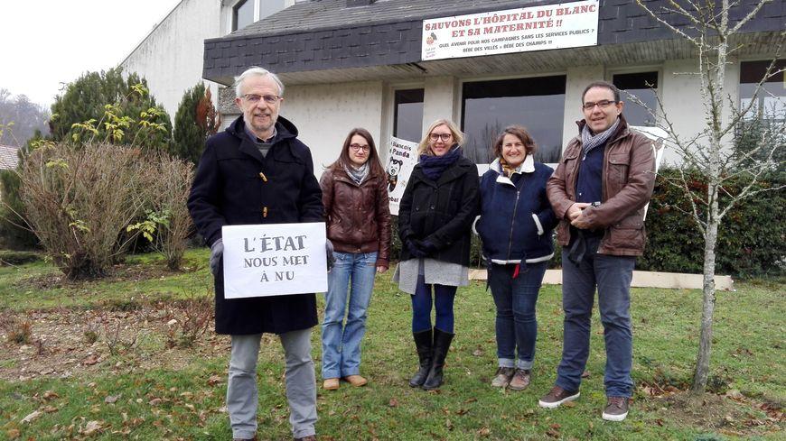 Le groupe à l'initiative du calendrier, avec un des participants et le photographe Gilles Froger (à droite).
