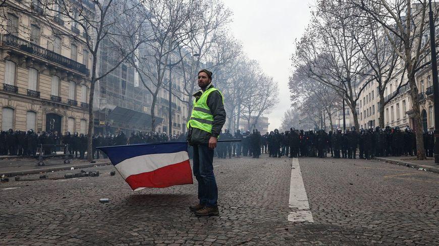 """Un manifestant lors de la mobilisation des """"gilets jaunes"""" le 8 décembre, à Paris"""