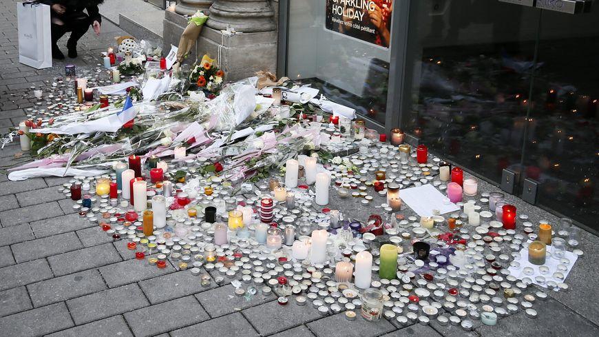 Bougies, lettres et fleurs en hommage aux victimes du marché de Noël à Strasbourg.