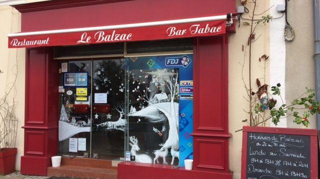 La devanture du Balzac encore décorée aux couleurs de Noël