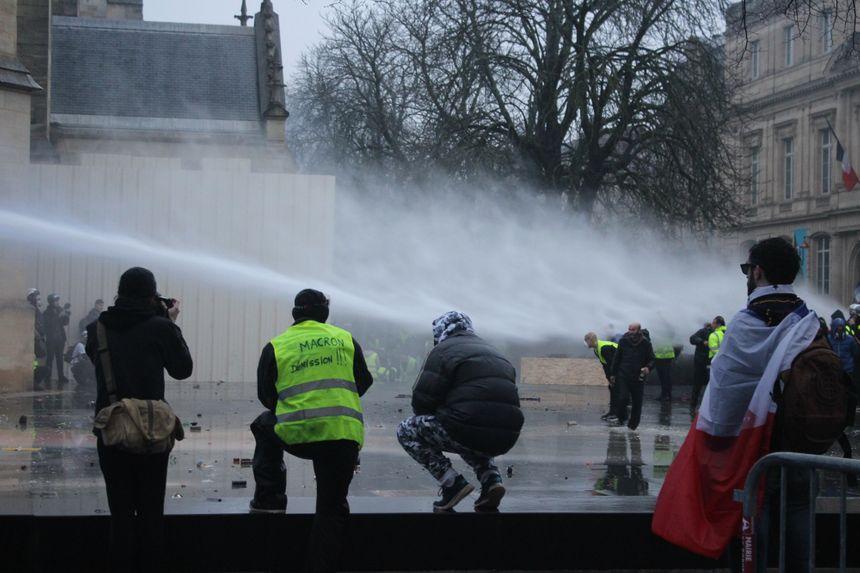 Visés par des projectiles, dont des feux d'artifice, les CRS répliquent avec un canon à eau et des gaz lacrymogènes.