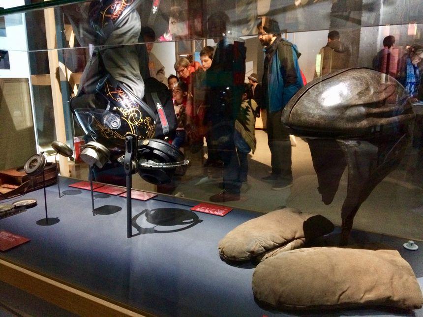 Casques, tenues en cuir, montre gousset ou appareils de navigation, le musée propose une collection d'objets mythiques
