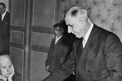 Le général de Gaulle vote, le 28 septembre 1958 à Colombey, dans le cadre du référendum sur la nouvelle Constitution, référendum qui a donné naissance à la Vème République.
