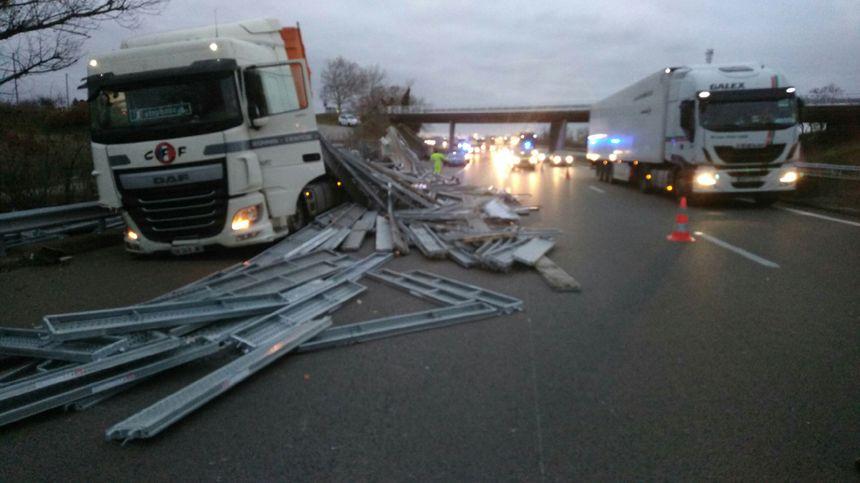 Le chargement est tombé du camion et s'est dispersé sur la chaussée sur plus 150 mètres